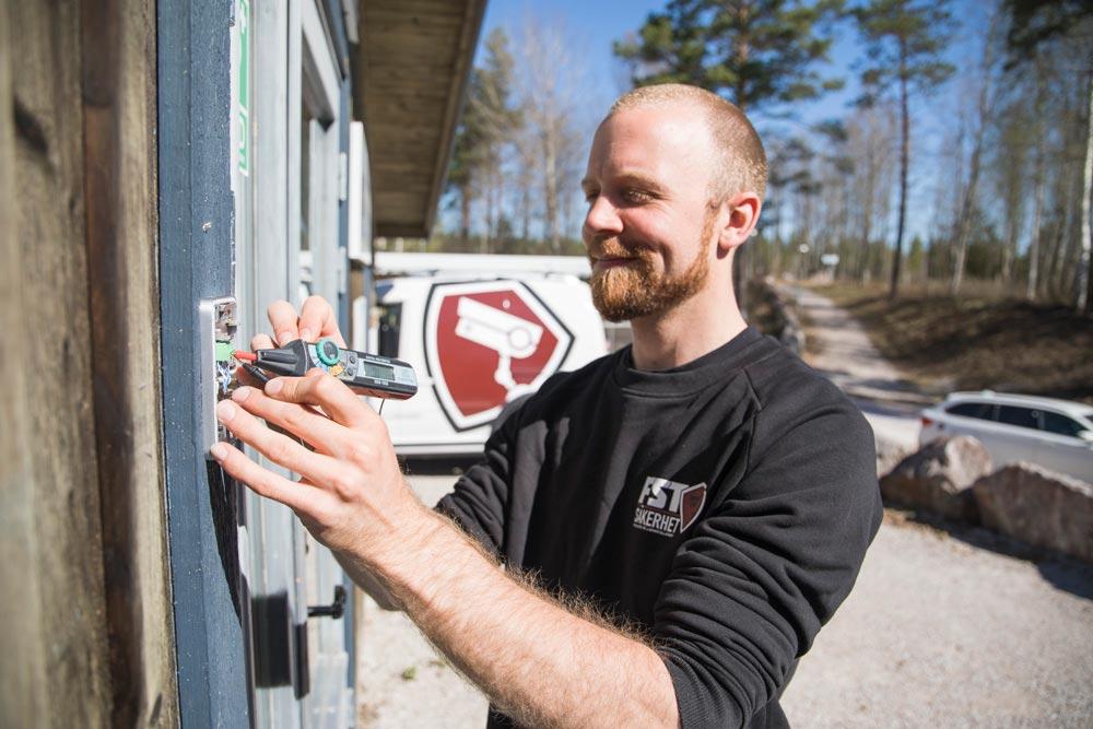 Vår specialist installerar en porttelefon - FST Säkerhet
