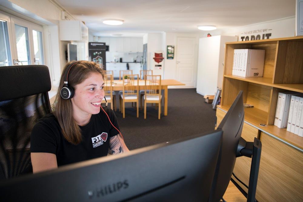 Therése hjälper klient med säkerhetskommunikation genom SPOC - FST Säkerhet