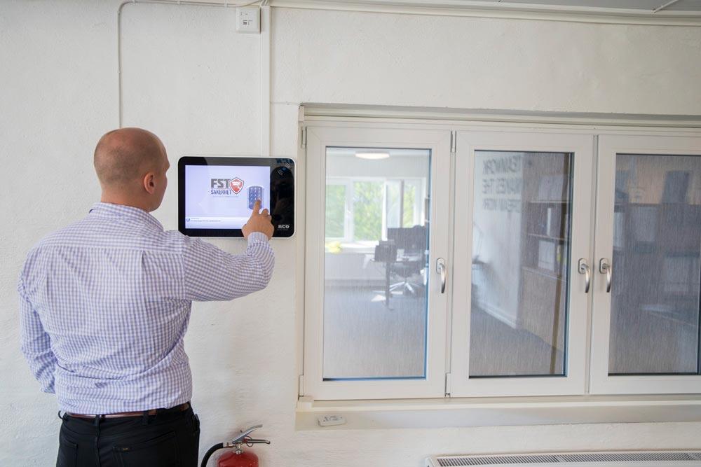 Mathias installerar ett skräddarsytt larm för klient - FST Säkerhet