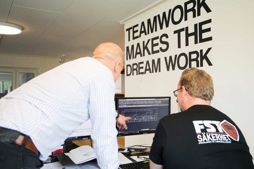 Mathias och Esbjörn installerar ett överordnat system för klient - FST Säkerhet