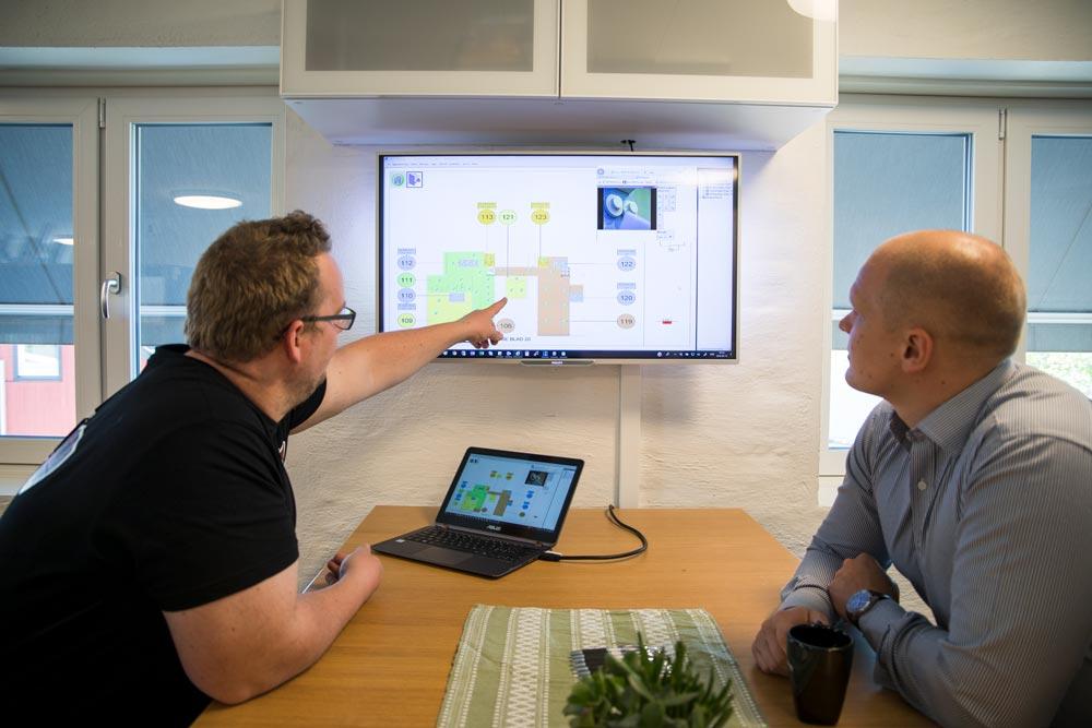 Mathias och Esbjörn utför en riskbedöming - FST Säkerhet