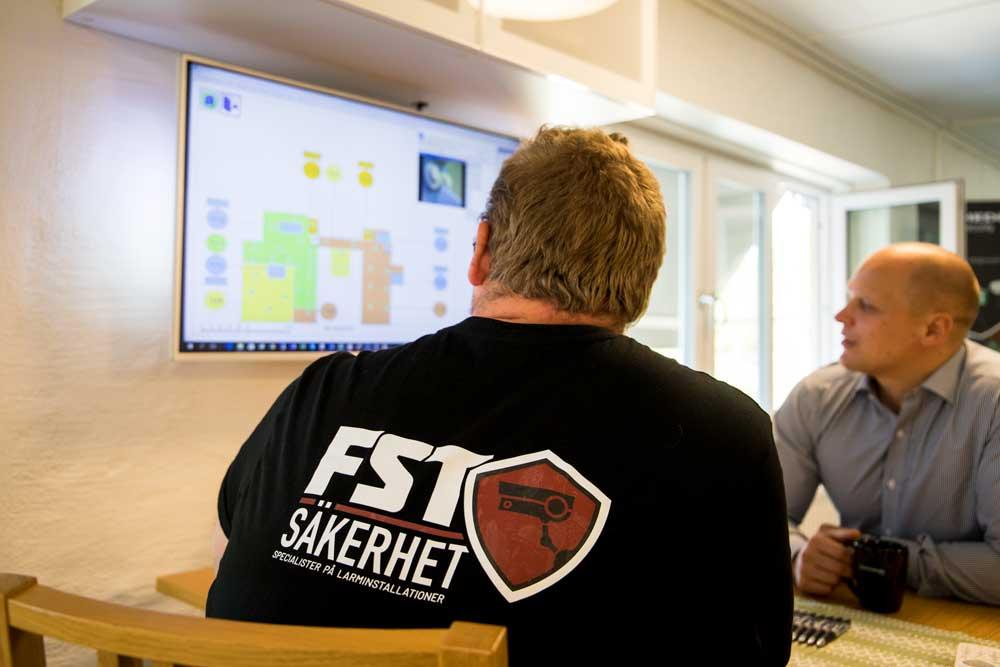 Mathias och Esbjörn kopplar brandlarm mot en tillverkningsindustri - FST Säkerhet